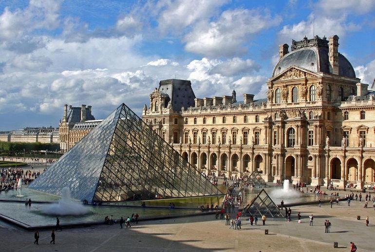 Пирамида лувра в париже