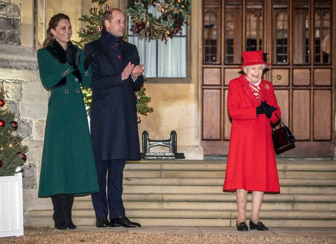 Елизавета ІІ и принц Уильям с Кейт Миддлтон