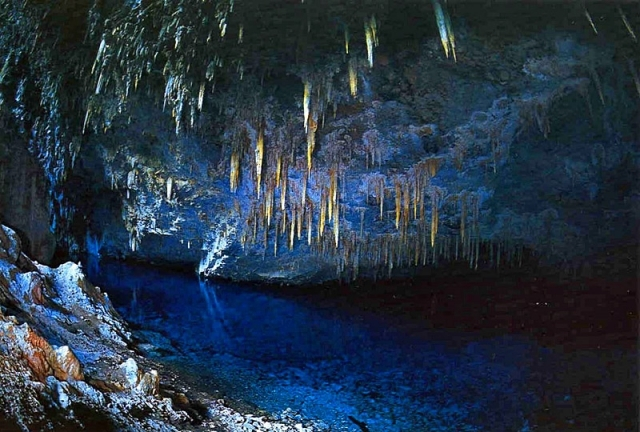 Печера блакитного озера в Бразилії