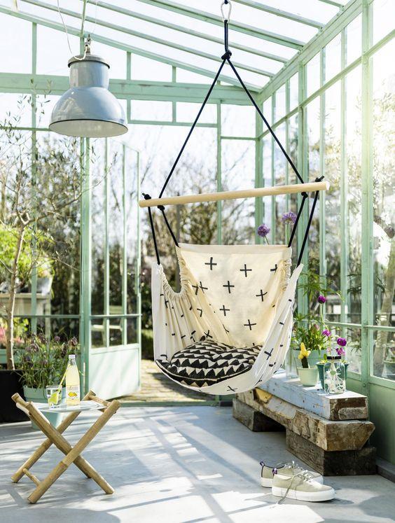 Терраса на даче: подвесное кресло