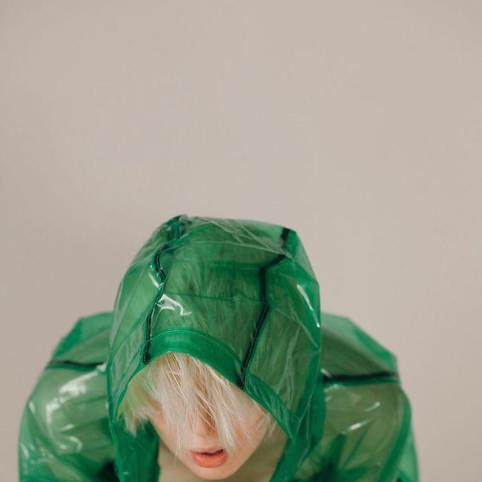 Яркая верхняя одежда в трендовом зеленом цвете