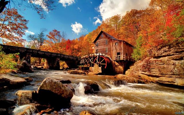 Водяная мельница осенью