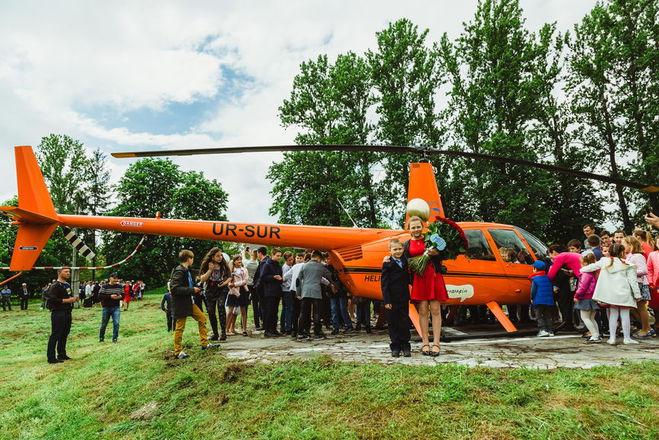 Гелікоптер приземлився на подвір'ї сільської школи: проект Лідії Таран продовжує здійснювати дитячі мрії