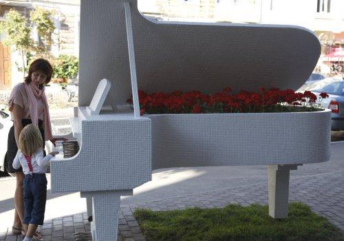 Гид по Киеву: Рояль в кущах