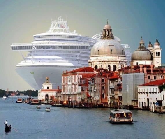 Круизный лайнер заходит в Венецию.