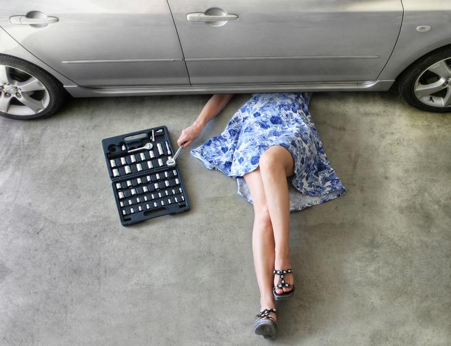 Смс привітання з Днем автомобіліста, жінка за кермом