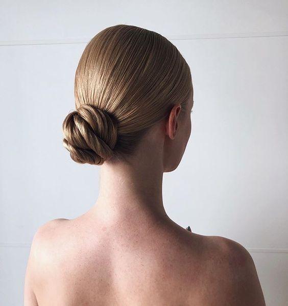 Модные прически на выпускной 2020 для средней длинны волос