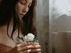дівчина з квіткою