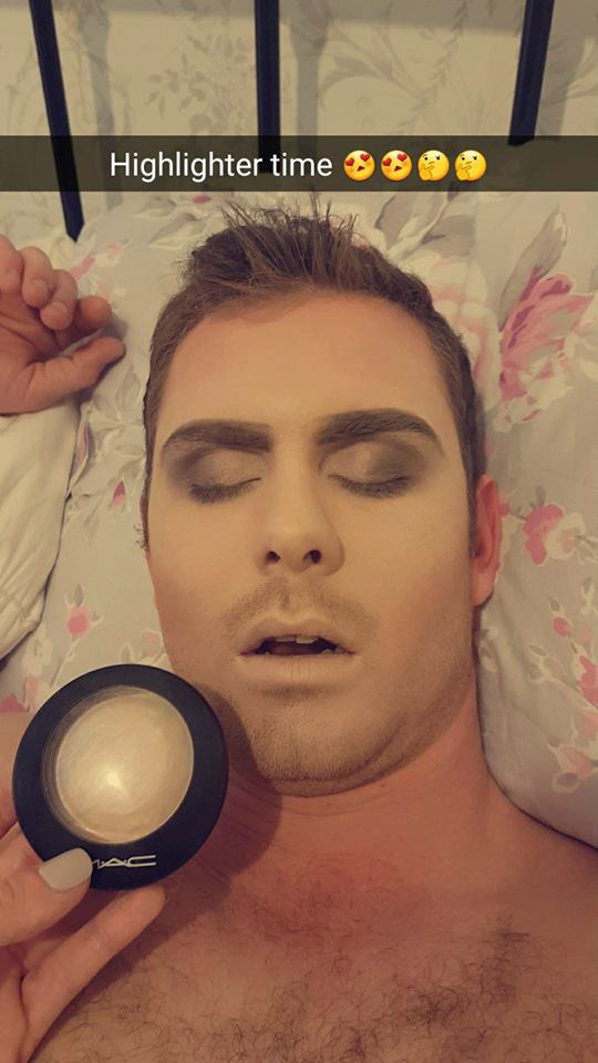Сделала макияж парню, пока он спал. Люблю его