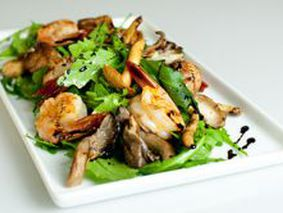 Салат с жареными белыми грибами и курицей