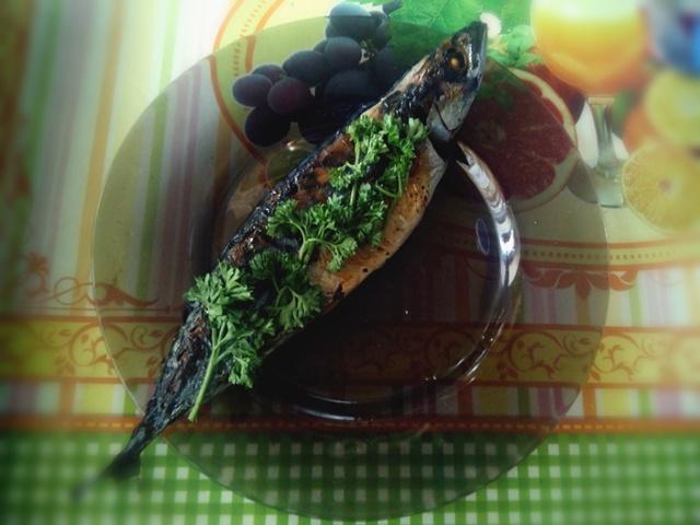 Скумбрия, запеченная в духовке с зеленью и чесноком