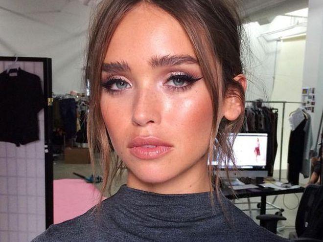 Влажный макияж на лице