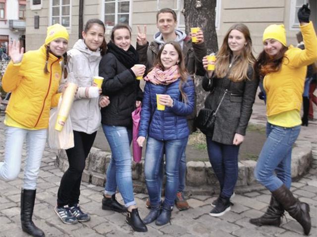На улицах городов Украины стало ярче