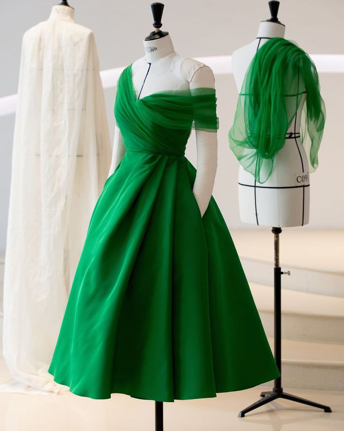 Модное платье в трендовом зеленом цвете