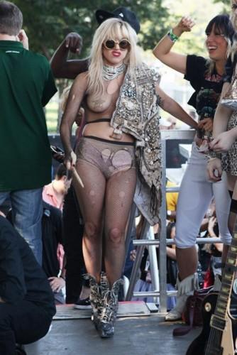 Lady Gaga во время концерта прыгнула на толпу фанатов