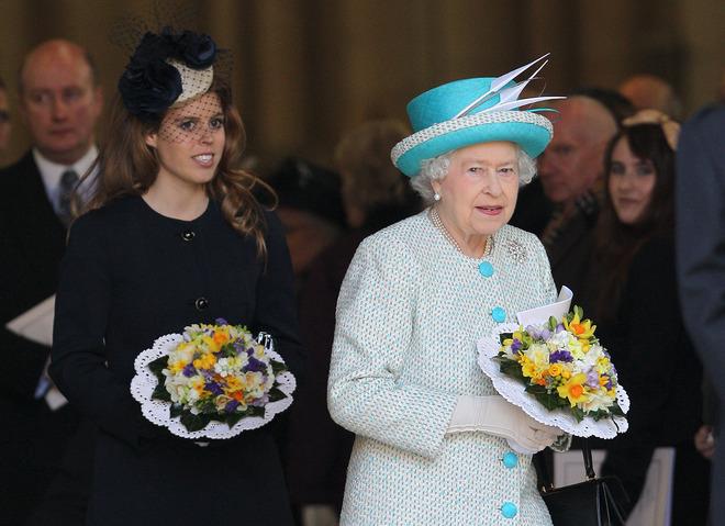 Принцеса Беатріс і Єлизавета ІІ