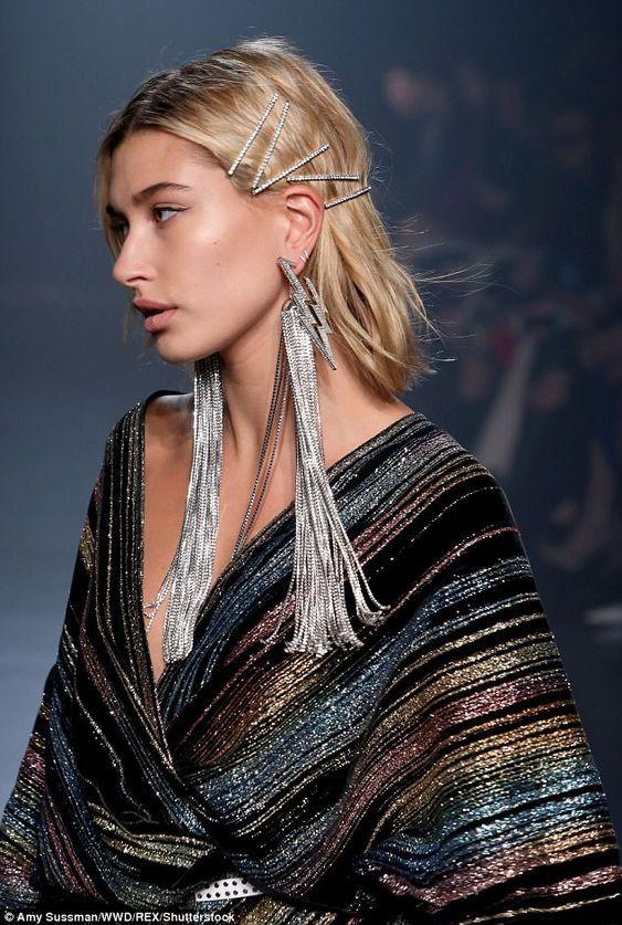 Модні зачіски на останній дзвоник