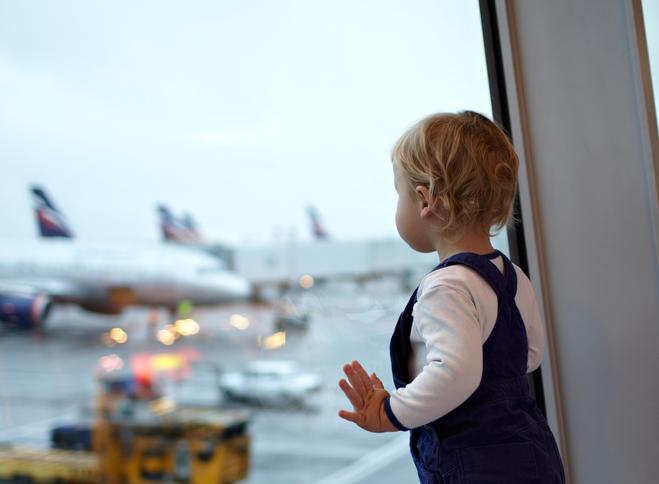 Як літати з дитиною: правила комфортної подорожі
