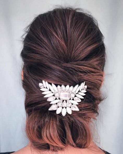 Прически на выпускной на среднюю длину волос
