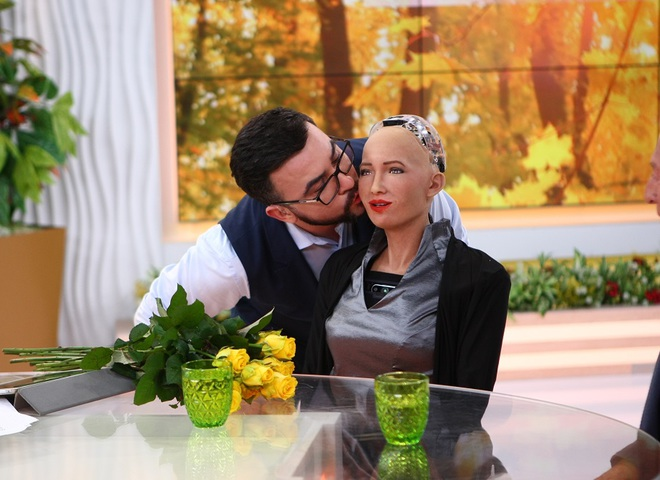 Руслан Сенічкін став першою людиною, у якої відбувся поцілунок з роботом Софією