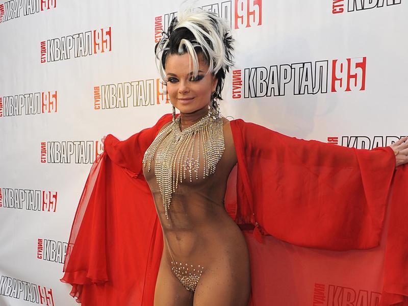 Наташа королева в эротической одежде