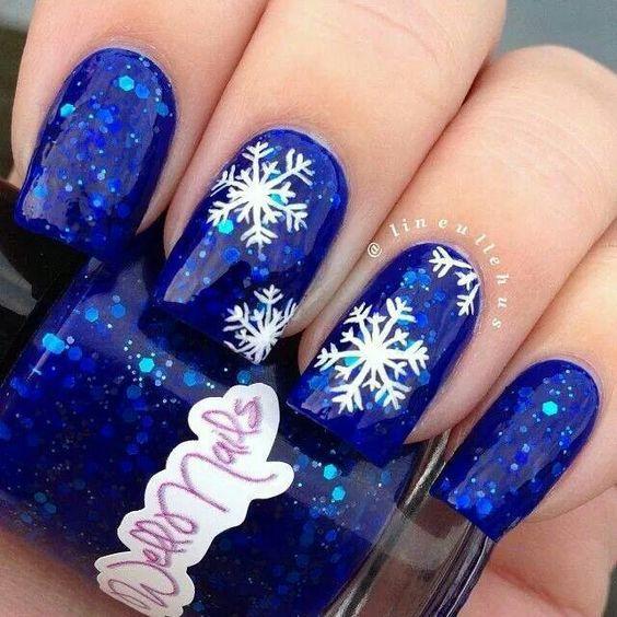 Маникюр со снежинками на Новый год 2018