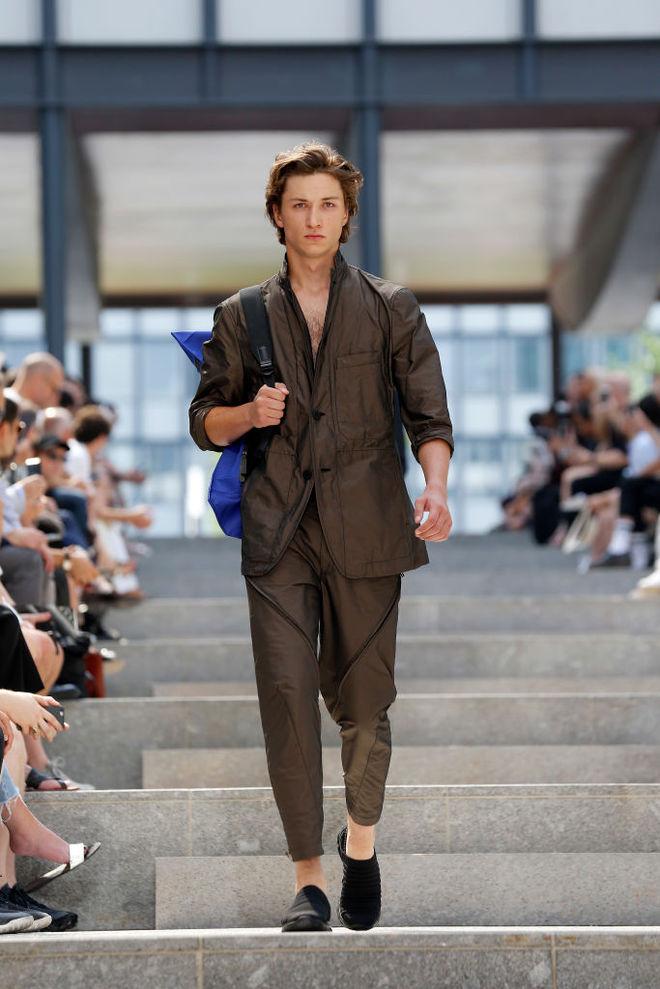 Снова в моде: мужское декольте