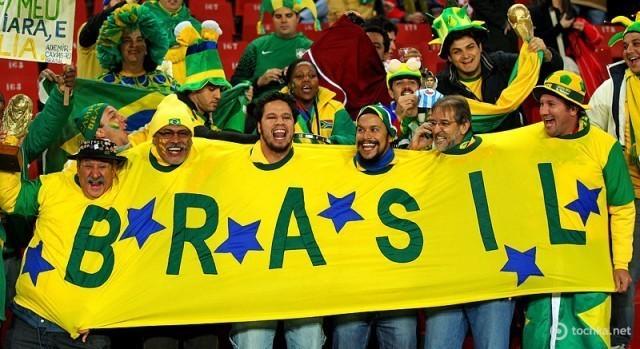 Бразиля фото: Бразильские футбольные болельщики