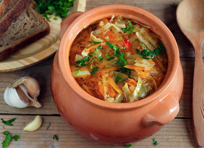 Щи зі свіжої капусти, традиційний російський вегетаріанські щі, капуста, морква, вода, сіль, зелень