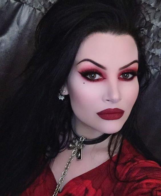Образ на Хэллоуин 2018: макияж сексуальной вампирши