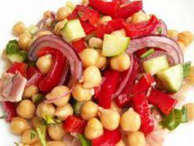 Вегетарианский салат из нута с баклажанами