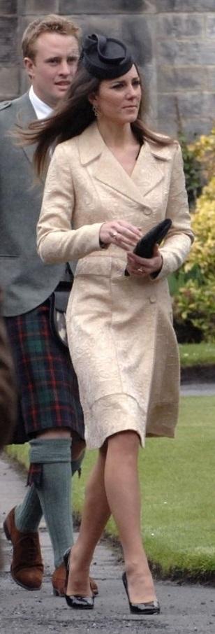 Кейт Миддлтон в одинаковом платье-пальто: 2010