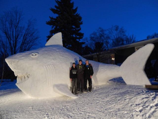 Три брата делают шедевры из снега