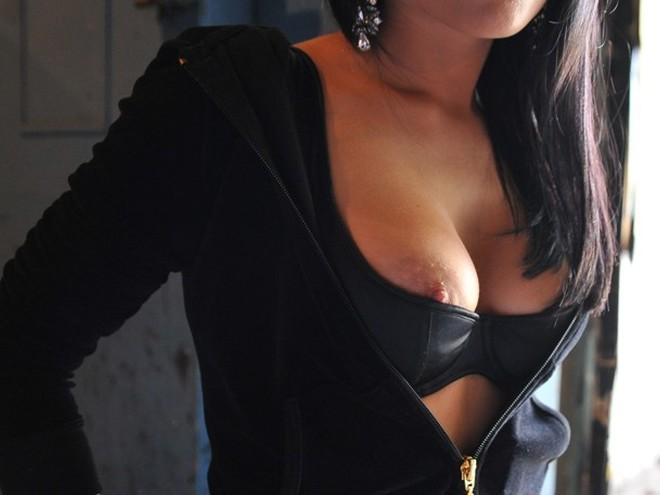 Из лифчика видно грудь