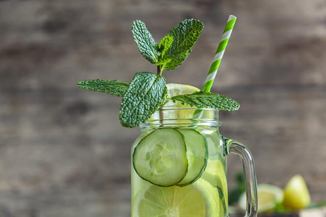 Як правильно пити: все про водний баланс та рецепт води Сассі