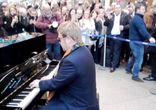 Элтон Джон удивил поклонников своим выступлением на лондонском вокзале