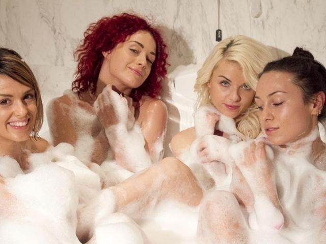 Горячие девчонки из А. Р. М. И. Я и NikitA купались голышом в джакузи. Под