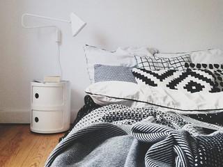 Черно-белый в интерьере: шведская геометрия в деталях