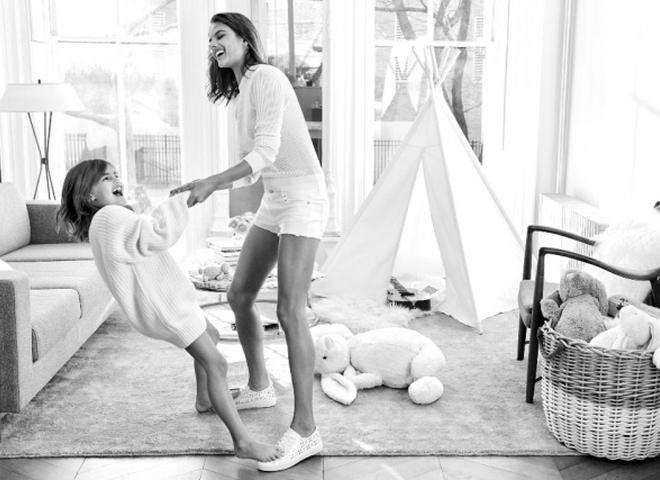 Алессандра Амбросіо і її дочка в новому кампейні Michael Kors
