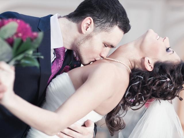 Женщина сверху а мужчина целует грудь фото 499-727