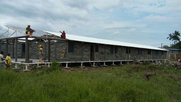 Колумбієць Оскар Мендес будує будинки для бездомних з переробленого пластику