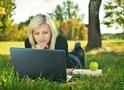 Девушка с ноутбуком в парке