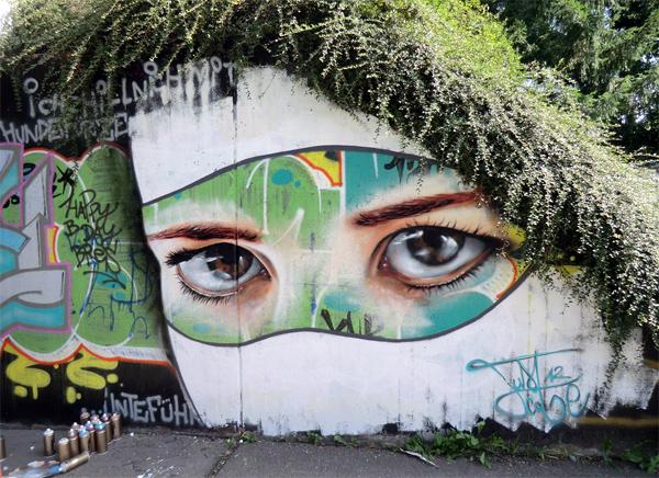 Зеленые картины на стенах