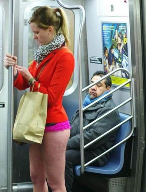 Горячие барышни в общественном транспорте